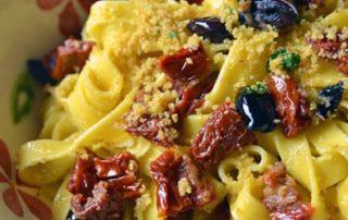 Tagliatelle-Filotea-con-pomodori-secchi-olive-e-pangrattato-thumbnails